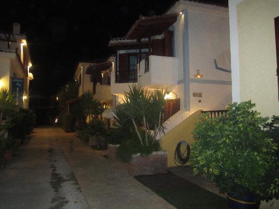 Archangelos Village: Kvällsbild på hotellet