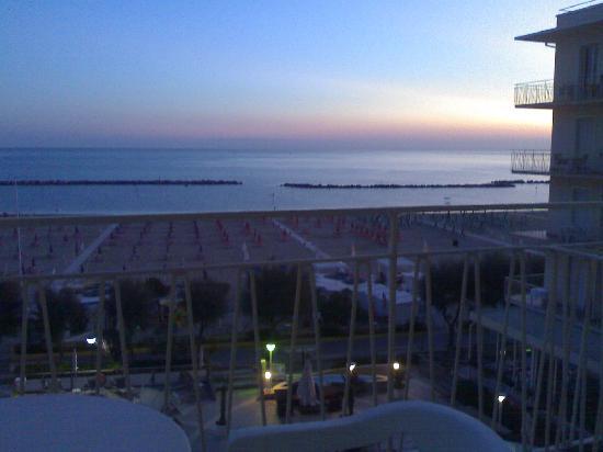 Miramare Hotel & Spa: l?alba che si può godere dal balcone delle stanze fronte mare.