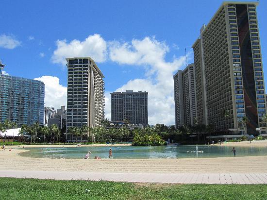 Hilton Hawaiian Village Waikiki Beach Resort : une partie de l'hôtel autour du lagon