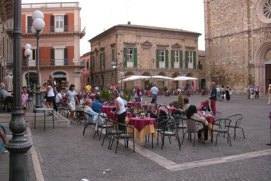 Abruzzo, إيطاليا: Bar del teatro su P.zza del Duomo