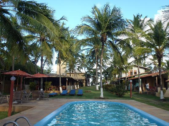 Pousada Praia das Ondas: piscina al lado de los bungalows