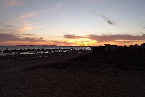 Pestana Delfim All Inclusive: Abenddämmerung am Strand