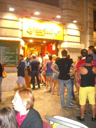 Restaurante La Vaca Paca: Fila notturna per entrare inn ristorante