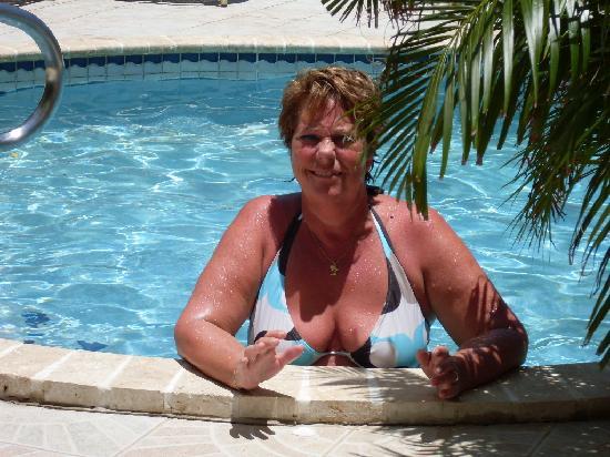 Aruba Harmony Apartments Suites & Hostel: Vera in het zwembad