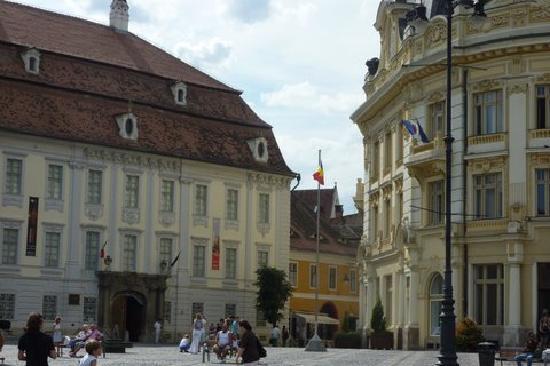 Sibiu, Roumanie : Bei palazzi nella piazza grande, cuore della città