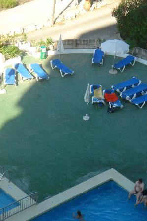 Hotel Club Cala Marsal: 2. Pool. Man beachte die Liegen. Wei Liegen unbequem und durchgelegen, sitzen die Gäste am Poolr