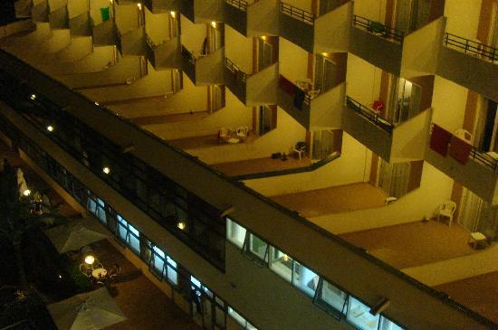 Hotel Club Cala Marsal: Hotel bei Nacht mit den stimmungstötenden Leuchten auf jedem Balkon.