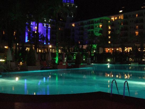 Delphin Diva Premiere: Pool at night