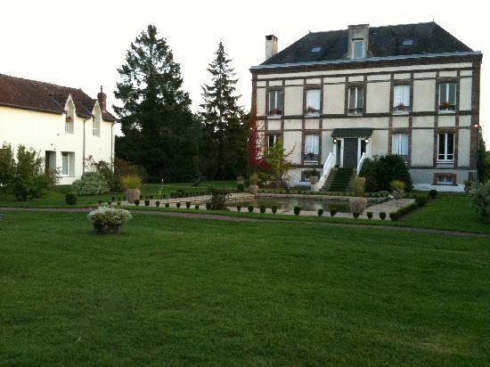 Hotel Golf Parc : L'hôtel, côté parc avec le bâtiment principale et 2 dépendances de chaque côté