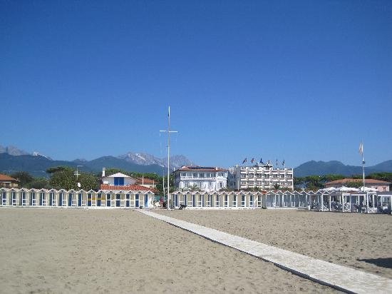 Hotel Il Negresco: Hotel from beach