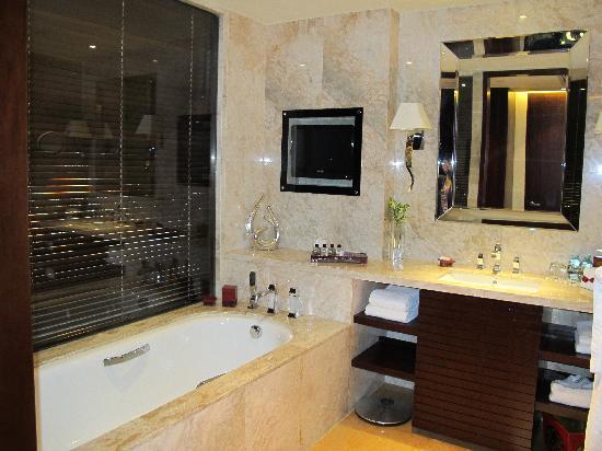 โรงแรมแฟร์มอนท์ ปักกิ่ง: Luxurious bath..