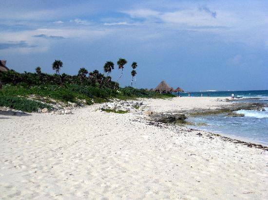 Valentin Imperial Riviera Maya: Beach Area in front of Emerald Building