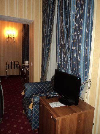 Leonardi Sistina Hotel: pasillito entre habitacion y baño