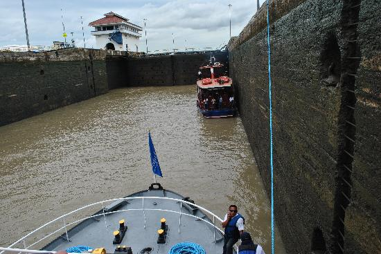 Panama Marine Adventures - Day Tours: Waiting our turn to go through the Pedro Miguel locks