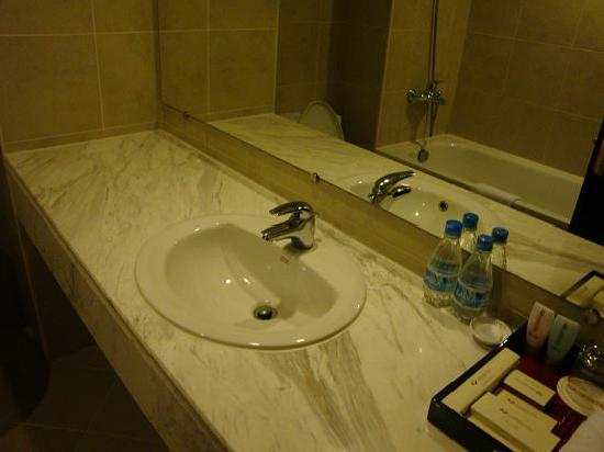 La Dolce Vita Hotel: bathroom - simple & clean