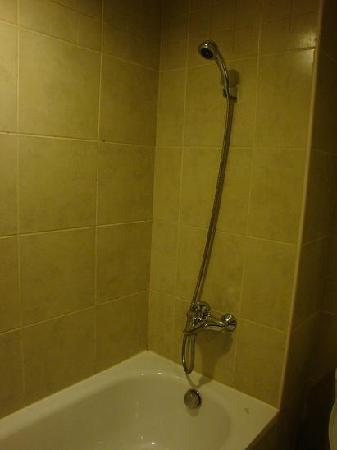 La Dolce Vita Hotel: shower that always ran out of hot water