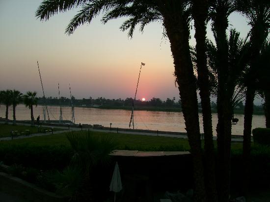 ACHTI Resort Luxor: Sonnenuntergang von der Terasse gesehen