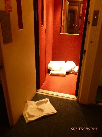 Henrietta Hotel: Чистое белье на полу в лифте отеля