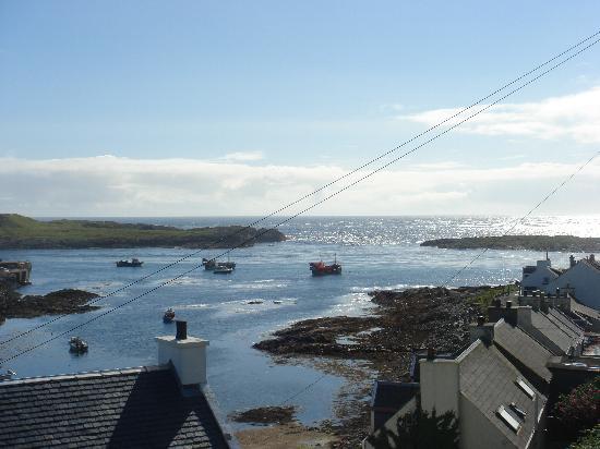 An Tigh Seinnse: Lo splendido panorama di Portnahaven durante una giornata di sole...