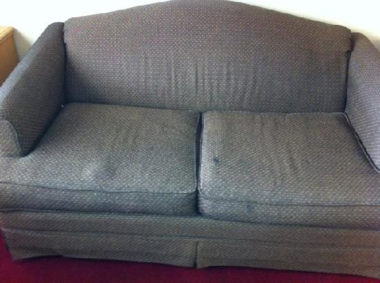 Tri-Valley Inn & Suites : Sad Sofa