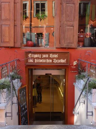 Hezelhof Hotel: Entrance on the main touristic street
