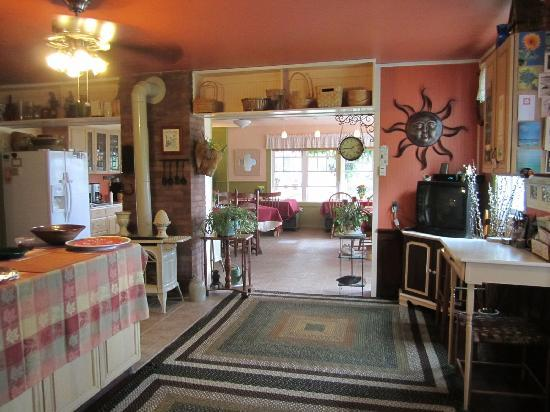 Saratoga Farmstead B&B: Kitchen and Dinning Room