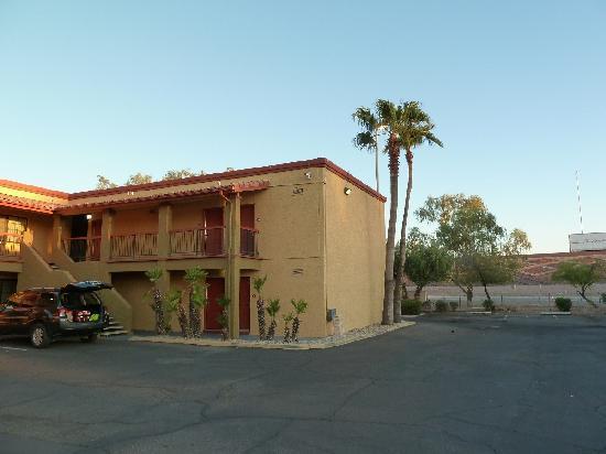Quality Inn & Suites Goodyear: Zimmereingang mit Blick auf Highway + Abfahrt