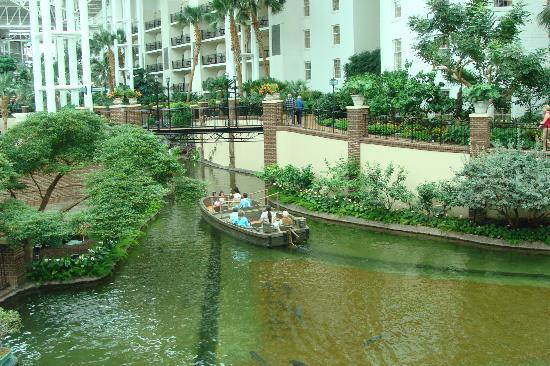 Gaylord Opryland Resort & Convention Center: Raft taking people around the hotel