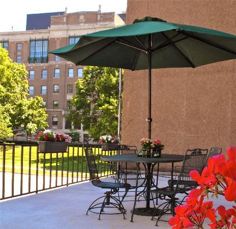 Aspen Select Hotel: Relaxing Guest Patio