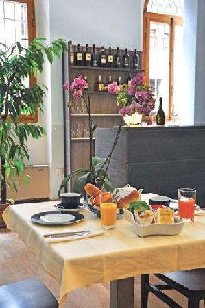 Hotel Magenta: Breakfast