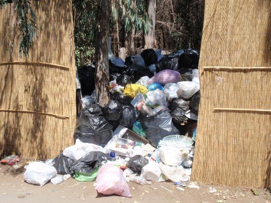 Vascellero Club Resort: Il deposito rifiuti immediatamente fuori dal villaggio