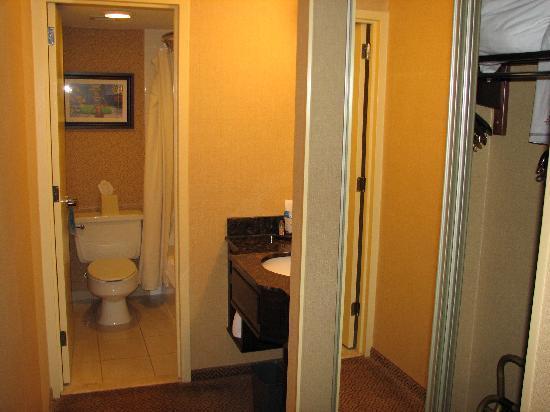 Springfield Marriott : Hallway leading into bathroom