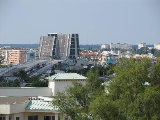 Residence Inn by Marriott St. Petersburg Treasure Island: Pont levis entre Treasure island et Madera