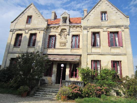 Chateau Lavergne-Dulong - Chambres d'hotes: Front of Chateau