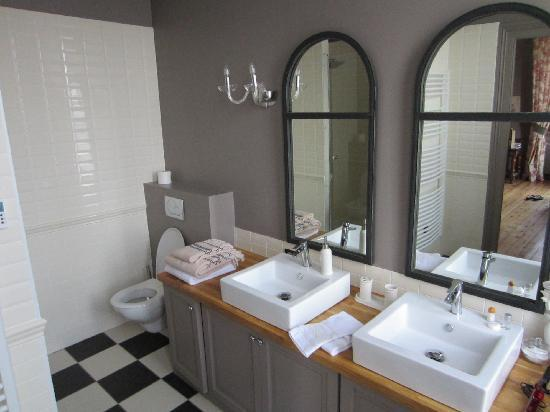 Chateau Lavergne-Dulong - Chambres d'hotes: Clothilde Bathroom