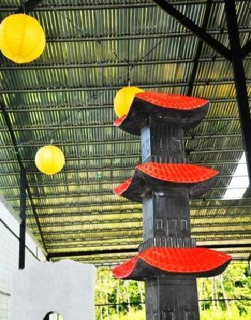 Reno's International Mini Golf & Amusement Center: Temple and paper lanterns at the Japan hole