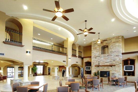 Hampton Inn & Suites Hemet: Beautiful Grand Lobby