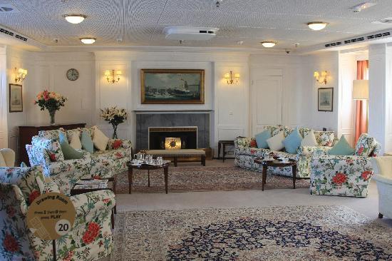 เรือพระที่นั่งบริทานเนีย: Just your average country house living room... on a yacht...