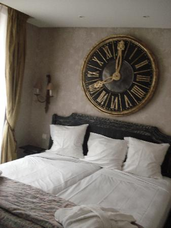 Hotel Chateaubriand: Bed