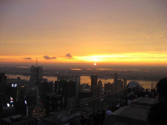 จุดชมวิวท็อปออฟเดอะร็อค: The sun sets as seen from the Top of the Rock