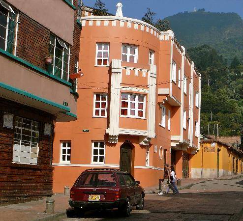 Hotel Casa Deco : The exterior of the hotel, with the slope rising at the rear of the hotel.