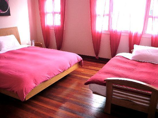 Hotel Casa Deco : The fuchsia room, set up for a family.