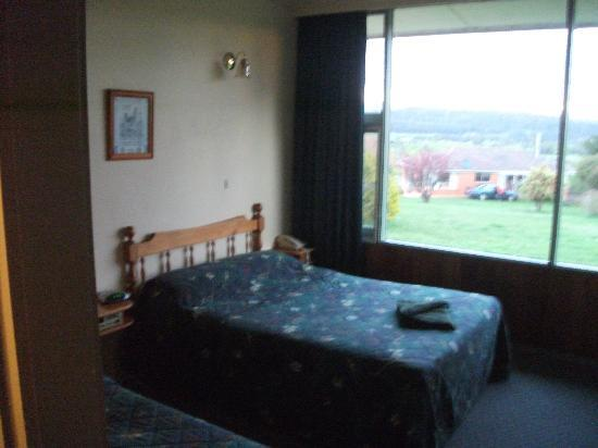 Mountain View Country Inn: Queen bed and outlook