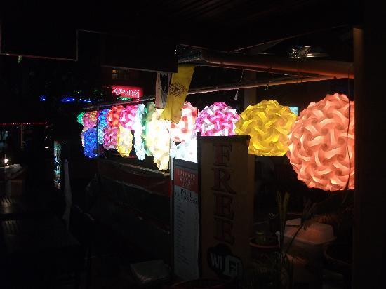 Karon Sunshine Guesthouse, Bar & Restaurant : Lit lampshades again
