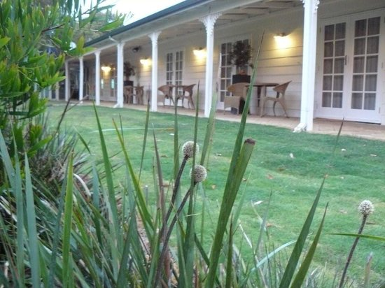 Llewellin's Guest House: Guest bedrooms out onto the sweeping verandah
