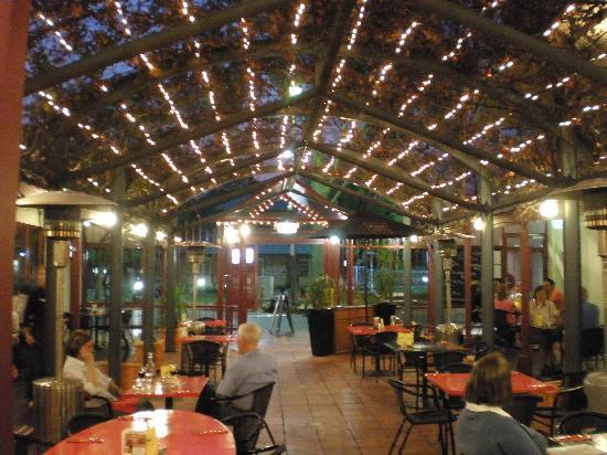 Aurora Alice Springs: the red ochre grill resturant outside dinning at night