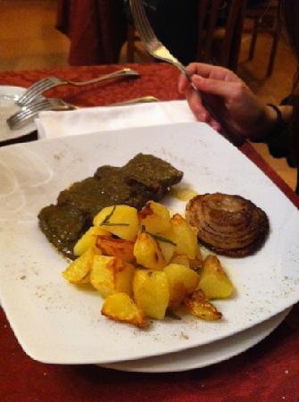 Villa Taticchi: secondo di carne con salsa al basilico e patate arrosto