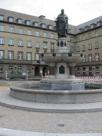Baldwin s Fountain: overall view of the square