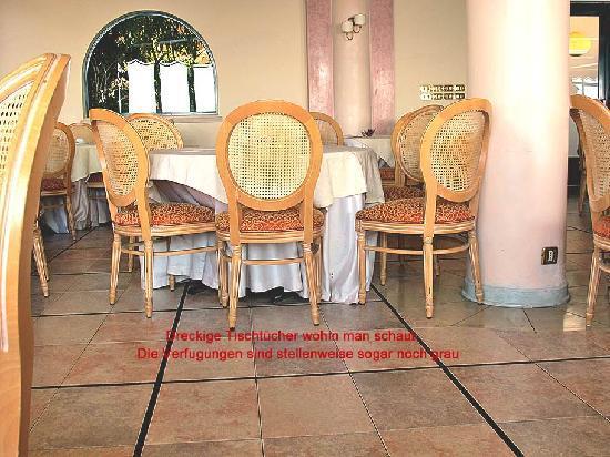 Baia Taormina-Grand Palace Hotel & Spa: Speisesaal dreckige Tischtücher, Sessel und schmieriger dreckiger Fliesenboden