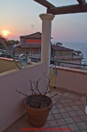 Baia Taormina-Grand Palace Hotel & Spa: Blumenstock am Balkon in unserem Zimmer